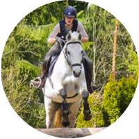 Hevonen, ratsastaja hyppäämässä esteen yli, ympyrä