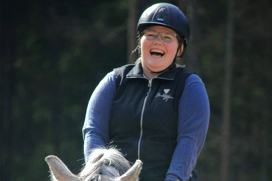 naurava ratsastaja